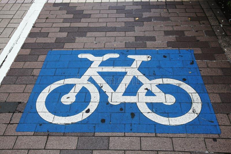 Cruzamento da bicicleta pintado em azul e em branco fotografia de stock