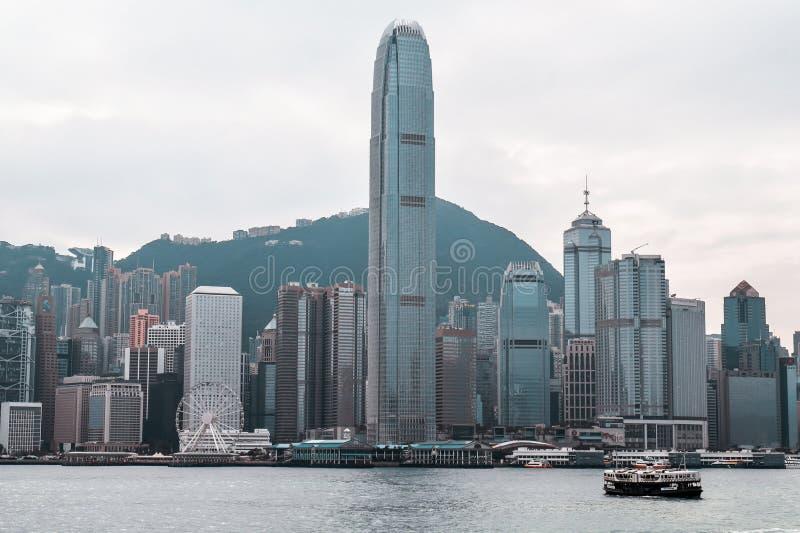 Cruzamento de balsa colorido Victoria Harbour da estrela na frente de Hong Kong Skyline foto de stock