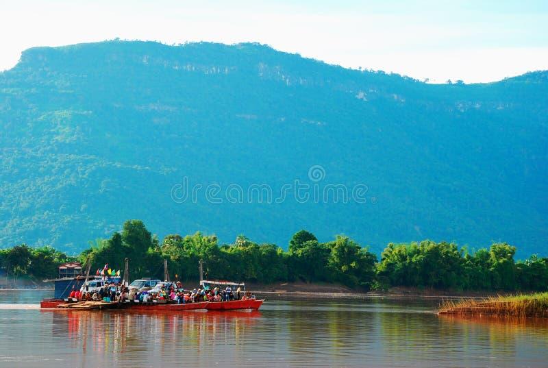 Cruzamento de balsa do carro o rio foto de stock royalty free