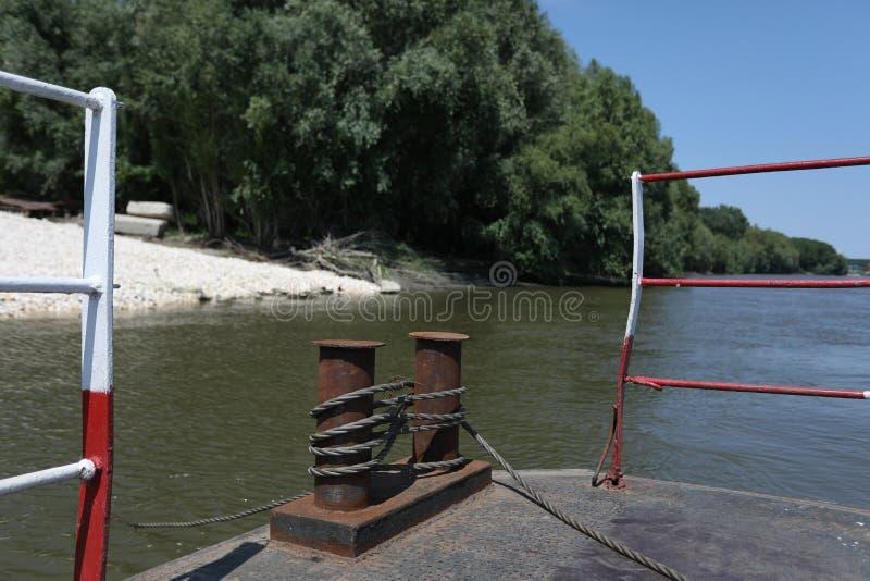 Cruzamento de balsa velho o rio imagens de stock