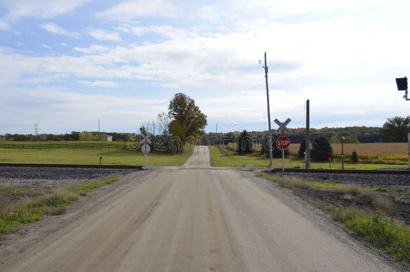 Cruzamento de estrada de ferro do campo foto de stock