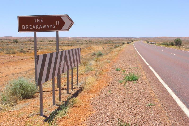 Cruzamento de estrada e cargo de sinal aos Breakaways, Sul da Austrália fotos de stock royalty free