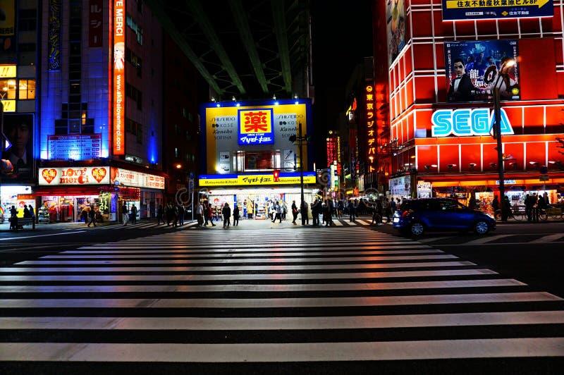 Cruzamento de Japão Akihabara do Tóquio na noite imagem de stock