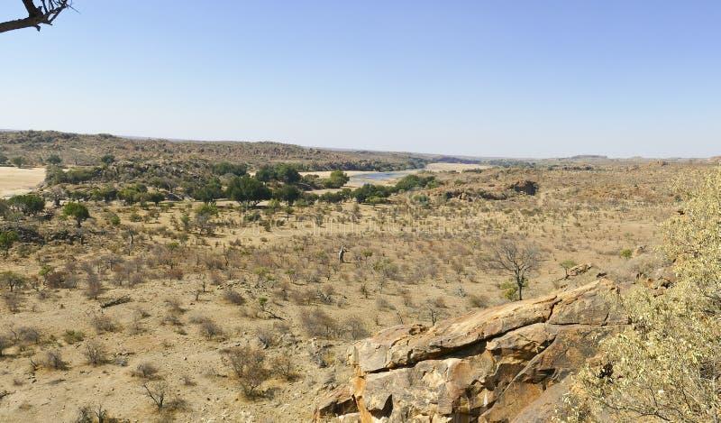 Cruzamento de rio de Limpopo a paisagem do deserto da nação de Mapungubwe fotos de stock