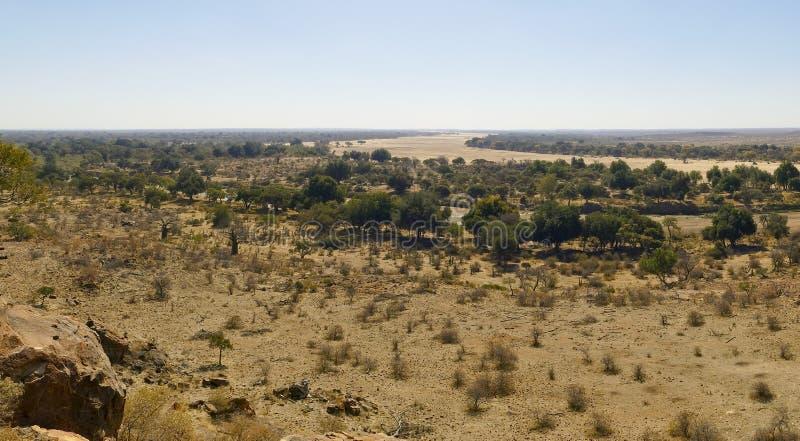 Cruzamento de rio de Limpopo a paisagem do deserto da nação de Mapungubwe fotos de stock royalty free