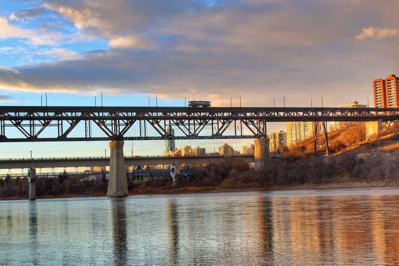 Cruzamento de River Valley do por do sol foto de stock