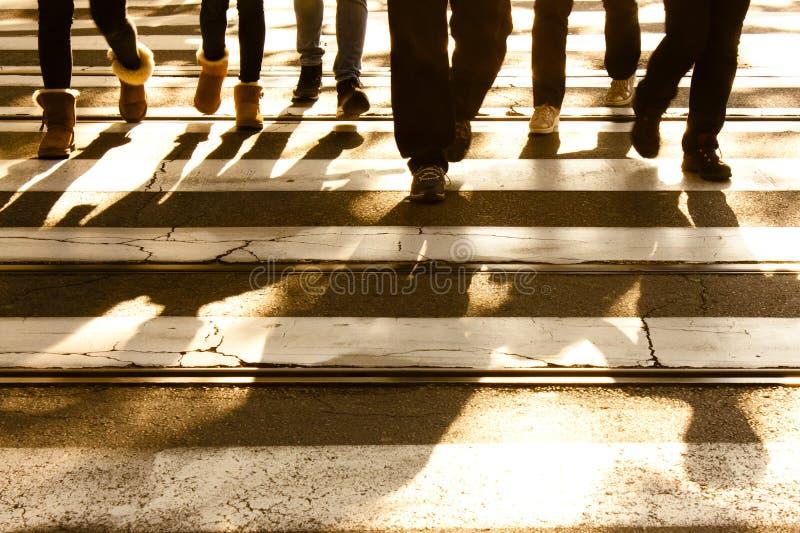 Cruzamento de zebra obscuro com sombras de passeio dos pedestres foto de stock royalty free