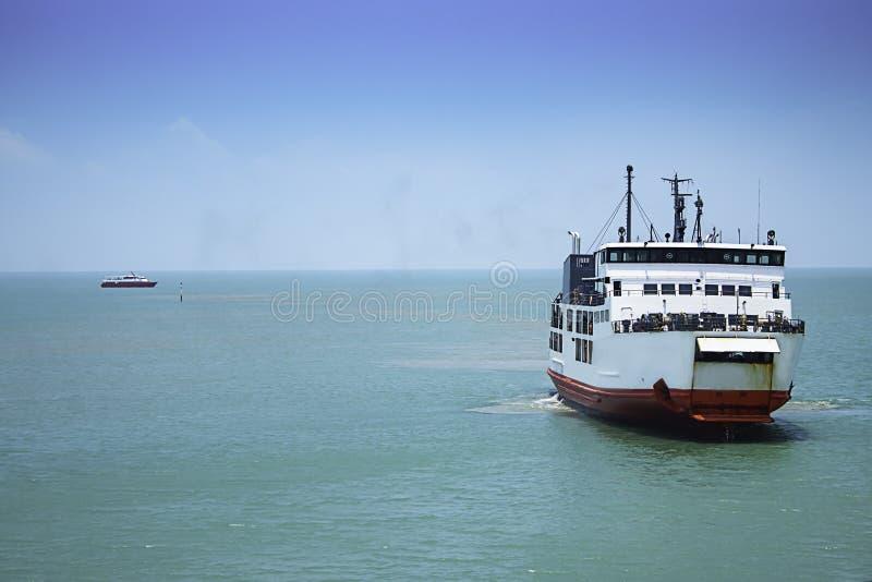 Cruzamento do ferryboat no mar no Golfo da Tailândia, Surat Thani fotos de stock