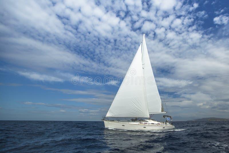Cruzamento em um barco de navigação E foto de stock royalty free
