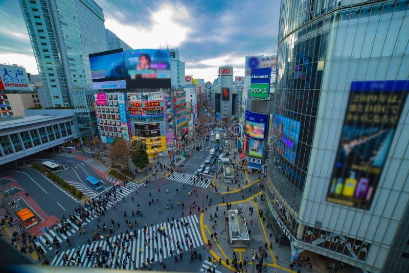 Cruzamento famoso no dia disparado largo do ângulo alto do Tóquio de Shibuya imagem de stock