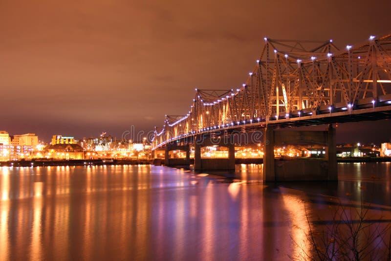Cruzamento iluminado da ponte sobre o rio de Illinois fotos de stock royalty free