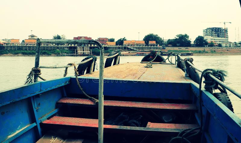 Cruzamento local do ferryboat o Mekong River foto de stock