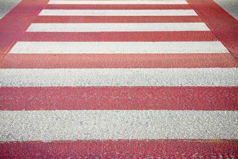 Cruzamento pedestre vermelho e branco com espaço da cópia fotografia de stock royalty free