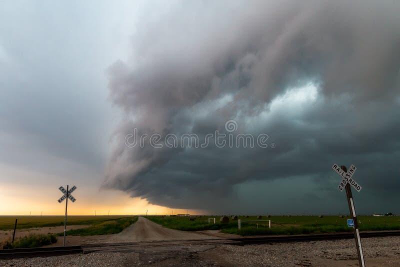 Cruzamento tormentoso em trilhas de estrada de ferro fotografia de stock