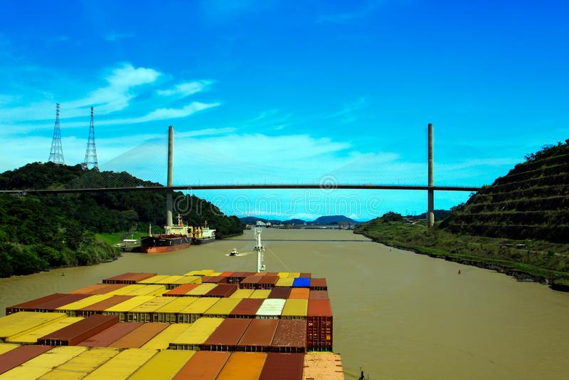 Cruzando o canal do Panamá, corte de Culebra imagens de stock royalty free
