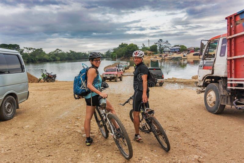 Cruzando o rio chamou Rio de la Pasion na cidade pequena de imagem de stock