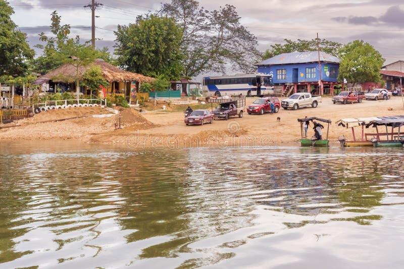 Cruzando o rio chamou Rio de la Pasion na cidade pequena de fotos de stock royalty free