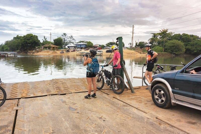 Cruzando o rio chamou Rio de la Pasion na cidade pequena de fotografia de stock royalty free