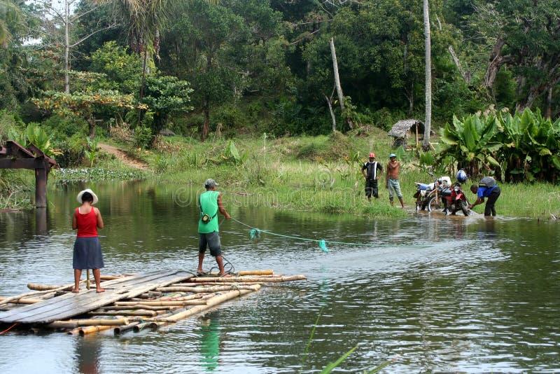 Cruzando o rio em uma jangada fotografia de stock royalty free