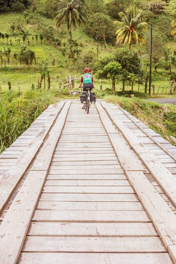Cruzando a ponte no rio Chiquito na província de Guanacaste de foto de stock royalty free