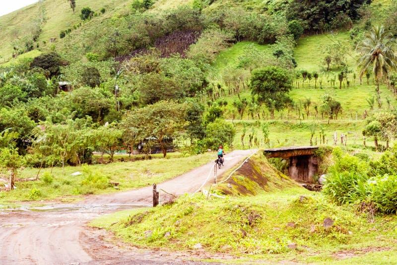 Cruzando a ponte sobre o rio Chiquito no provin de Guanacaste imagem de stock