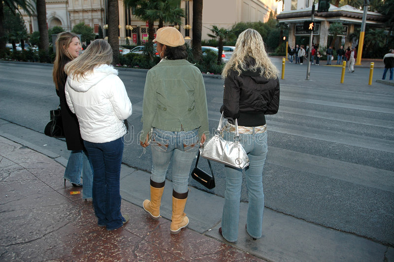 Cruzando a rua fotografia de stock