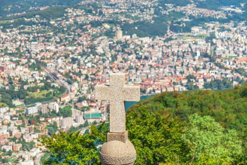 Cruze na parte superior da montanha San Salvatore com panorama da montanha imagem de stock