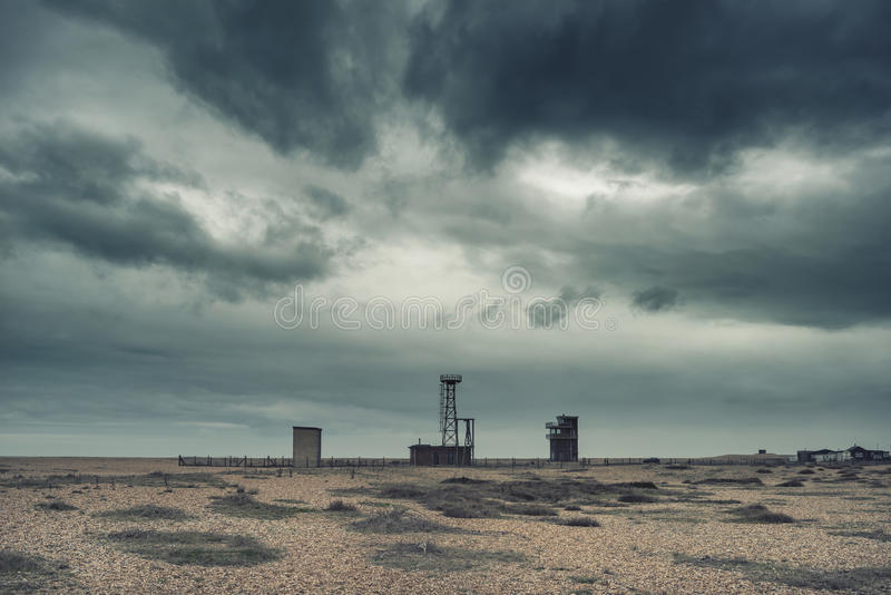 Cruze a paisagem nuclear apocalíptico processada do cargo do conceito com foto de stock