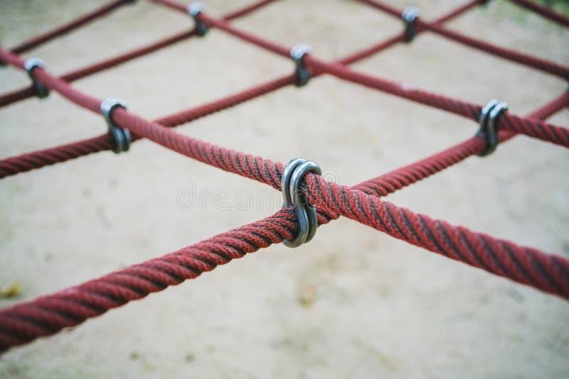 Cruze sobre o conector da corda ou os encaixes e os conectores da corda para o equipamento exterior do jogo do campo de jogos imagem de stock royalty free