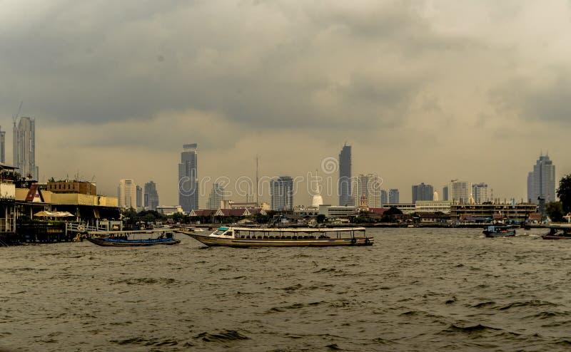 Cruzeiro ao rio de Chao Phraya - Banguecoque fotos de stock
