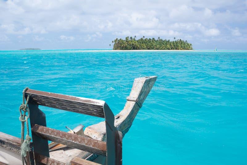 Cruzeiro de Vaka na lagoa azul surpreendente em Aitutaki, cozinheiro Islands imagem de stock royalty free