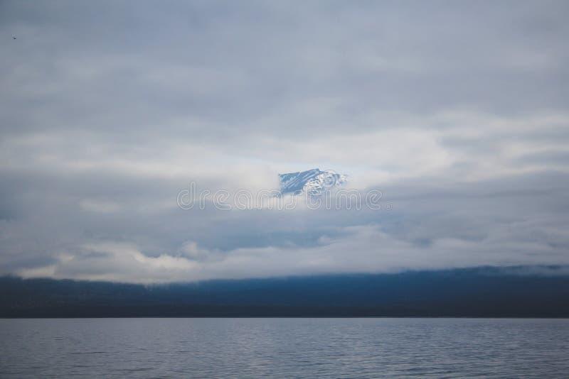 Cruzeiro sadio duvidoso - lago de cruzamento Manapouri antes de ir aos sons reais, parque nacional de Fiordland, ilha sul, Nova Z foto de stock