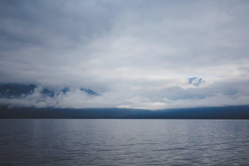 Cruzeiro sadio duvidoso - lago de cruzamento Manapouri antes de ir aos sons reais, parque nacional de Fiordland, ilha sul, Nova Z imagens de stock