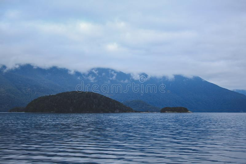 Cruzeiro sadio duvidoso - lago de cruzamento Manapouri antes de ir aos sons reais, parque nacional de Fiordland, ilha sul, Nova Z foto de stock royalty free