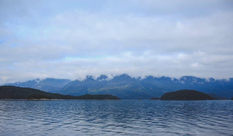 Cruzeiro sadio duvidoso - lago de cruzamento Manapouri antes de ir aos sons reais, parque nacional de Fiordland, ilha sul, Nova Z fotos de stock royalty free
