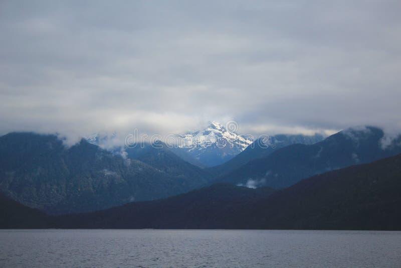 Cruzeiro sadio duvidoso - lago de cruzamento Manapouri antes de ir aos sons reais, parque nacional de Fiordland, ilha sul, Nova Z fotografia de stock royalty free