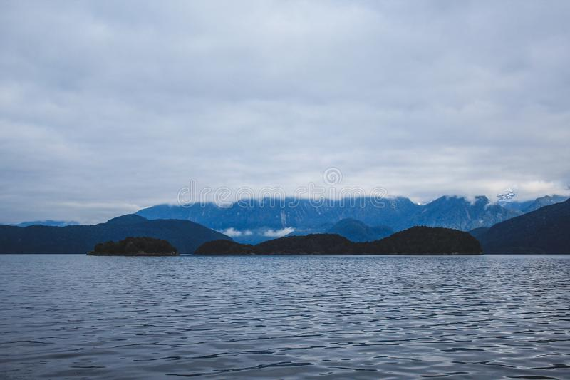 Cruzeiro sadio duvidoso - lago de cruzamento Manapouri antes de ir aos sons reais, parque nacional de Fiordland, ilha sul, Nova Z imagem de stock