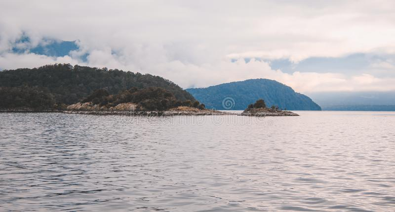 Cruzeiro sadio duvidoso - lago de cruzamento Manapouri antes de ir aos sons reais, parque nacional de Fiordland, ilha sul, Nova Z imagens de stock royalty free