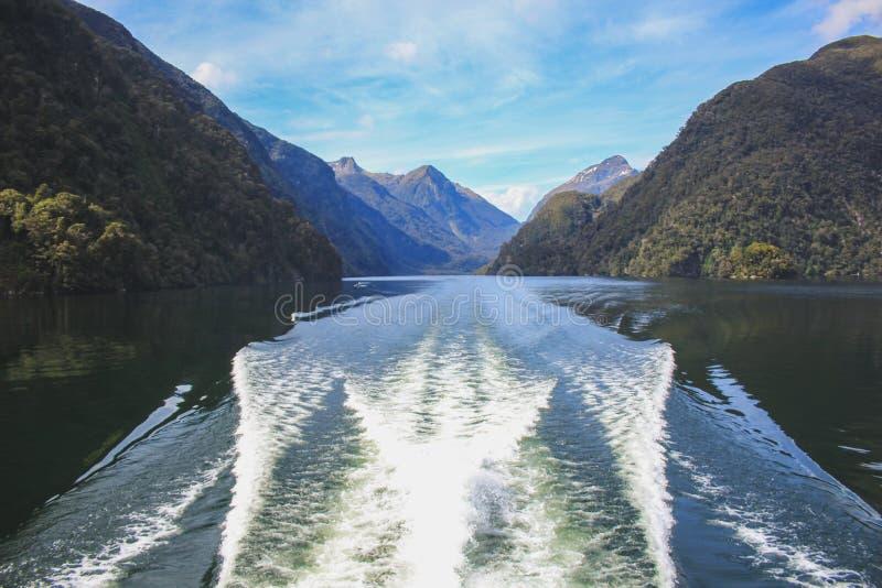 Cruzeiro sadio duvidoso - passando o cenário bonito no parque nacional de Fiordland, ilha sul, Nova Zelândia foto de stock royalty free