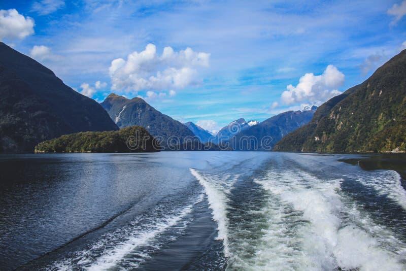 Cruzeiro sadio duvidoso - passando o cenário bonito no parque nacional de Fiordland, ilha sul, Nova Zelândia fotos de stock