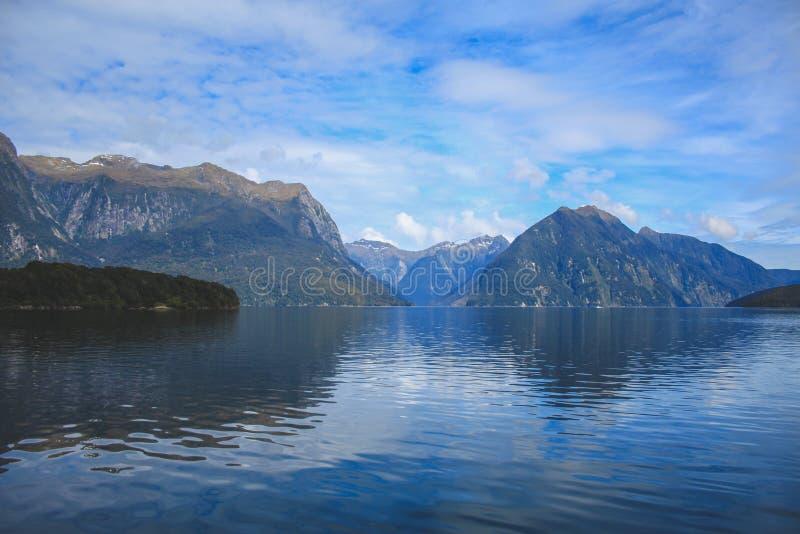 Cruzeiro sadio duvidoso - passando o cenário bonito no parque nacional de Fiordland, ilha sul, Nova Zelândia fotos de stock royalty free