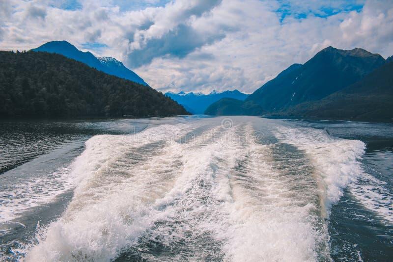 Cruzeiro sadio duvidoso - passando o cenário bonito no parque nacional de Fiordland, ilha sul, Nova Zelândia imagens de stock royalty free