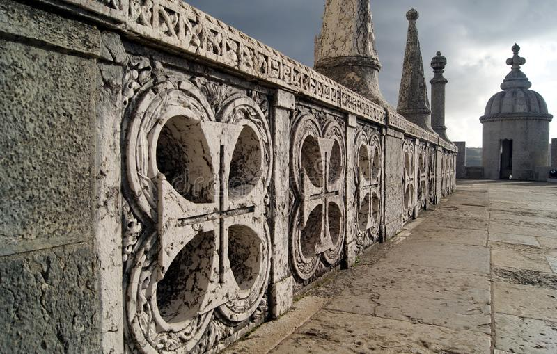 Cruzes cinzeladas no nível principal da torre de Belém imagem de stock