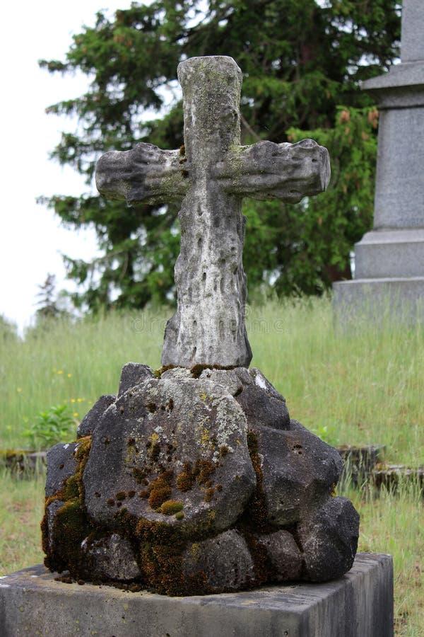 Cruzes cinzeladas velhas ajustadas entre outras lápides e a grama verde, cemitério de Greenridge, Saratoga Springs, New York, 201 fotografia de stock