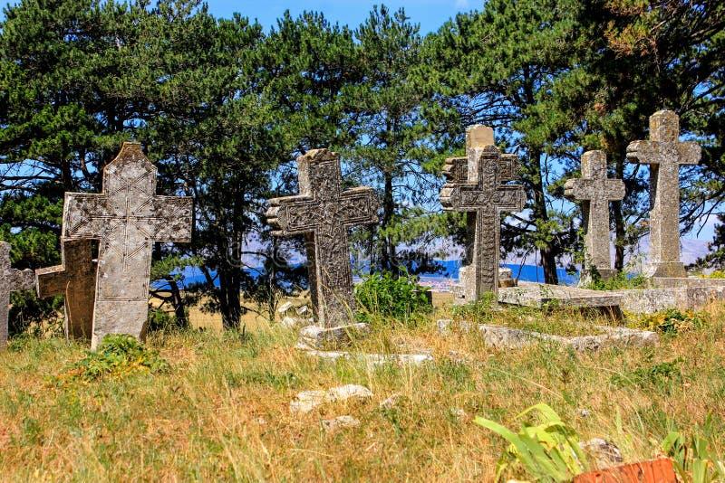 Cruzes de pedra no cemitério fotografia de stock