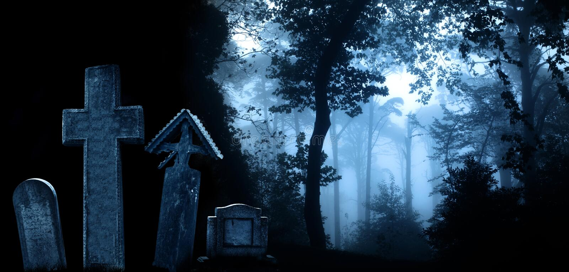 Cruzes e lápides de pedra medievais, cemitério na floresta enevoada foto de stock royalty free