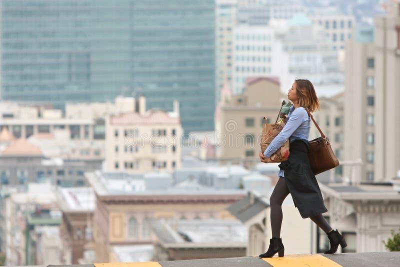 Cruzes levando San cênico Francisco Street dos mantimentos da mulher à moda foto de stock royalty free