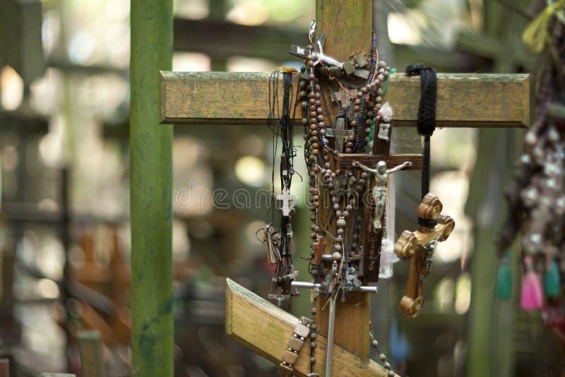 Cruzes ortodoxos trazidas por peregrinos à montagem santamente de Grabarka fotografia de stock royalty free