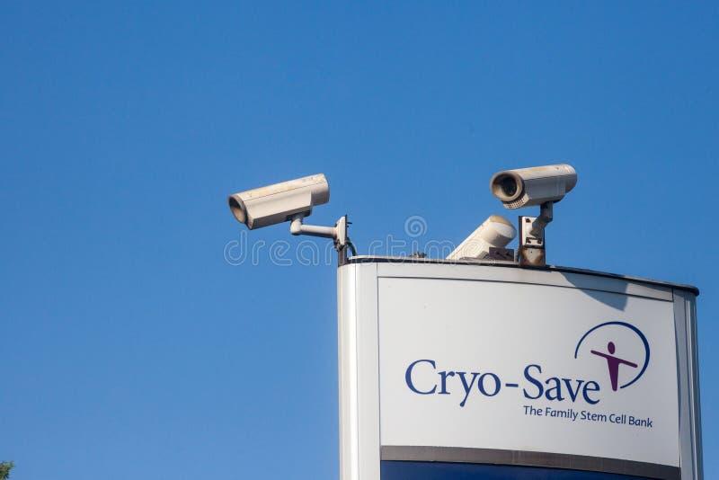 Cryo Save logo na ich głównym laboratorium w Serbia Cryo save jest laboratorium specjalizującym się w komórkach macierzystych i s fotografia royalty free