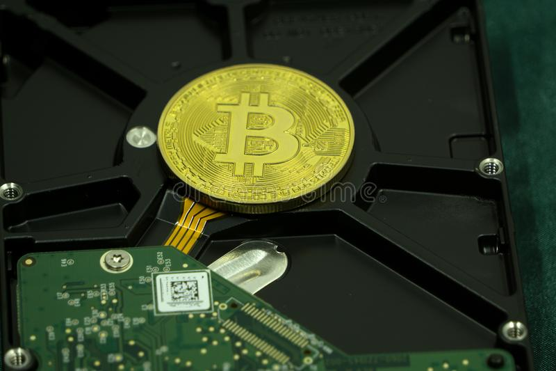 Cryprocurrency bitcoin säkert sparad på hårddisk arkivbilder
